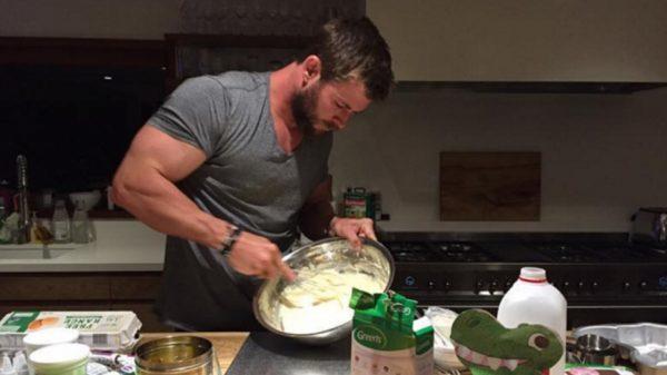 Chris-Hemsworth-cake-05102016
