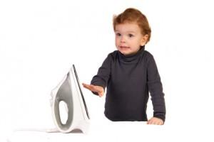 Kind mit Bügeleisen,Gefahr
